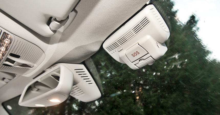 На Мерседесе система ЭРА-ГЛОНАСС совмещена с видеорегистратором. Смотрится «колхозно», но все же куда аккуратнее, чем нештатное зеркало-регистратор или, хуже того, камера на присоске