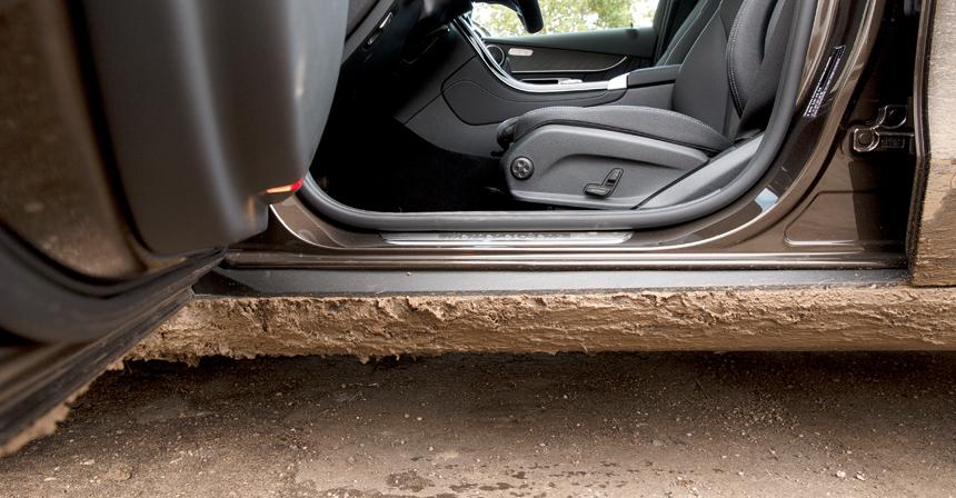 В грязи с GLC придется развивать прыгучесть: только в Мерседесе порог не прикрыт дверью