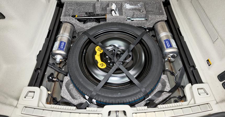 Докатка, инструмент, перчатки и даже чехол для грязного колеса! В Volvo предусмотрели все, кроме шумоизоляции баллонов пневмоподвески, из-за чего ее работа отлично слышна пассажирам