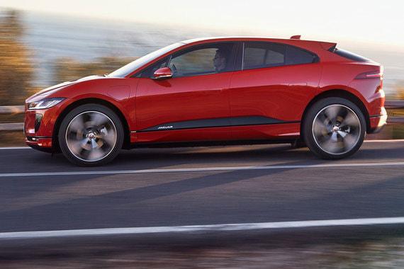 По габаритам I-Pace относится к среднеразмерным SUV (длина — 4682 мм, ширина — 2011 мм, высота — 1565 мм, колесная база — 2990 мм). Но благодаря отсутствию двигателя внутреннего сгорания салон смещен вперед и внутреннее пространство получилось значительно больше аналогов в классе. «Электромобили открывают перед дизайнерами больше свободы, и мы должны это использовать», - говорил про разработку концепта I-Pace директор по дизайну Jaguar Ян Каллум