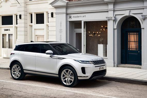 Модель построена на новой платформе Premium Transverse Architecture (PTA), которая позволяет использовать гибридные приводы. Кузов машины переработан, от прежней модели остались только оригинальные дверные петли, сказал главный инженер Land Rover Ник Роджерс. Кузов сделан в основном из стали с использованием деталей из алюминия