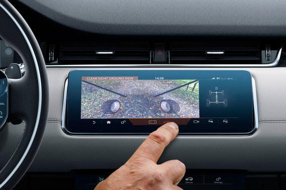 Новый Evoque – первый в мире серийный автомобиль, получивший технологию «прозрачного капота»: камеры в передней части машины выводят изображение на верхний сенсорный экран и позволяют водителю видеть пространство под передней частью автомобиля на 180 градусов