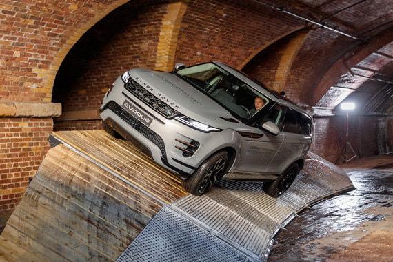 Компания инвестирует 1 млрд фунтов стерлингов ($1,28 млрд) в запуск производства второго поколения Evoque. C 2010 г. компания продала  772 096 машин этой модели. В 2017 г. Land Rover продала 434 583 машин (рост на 8%)