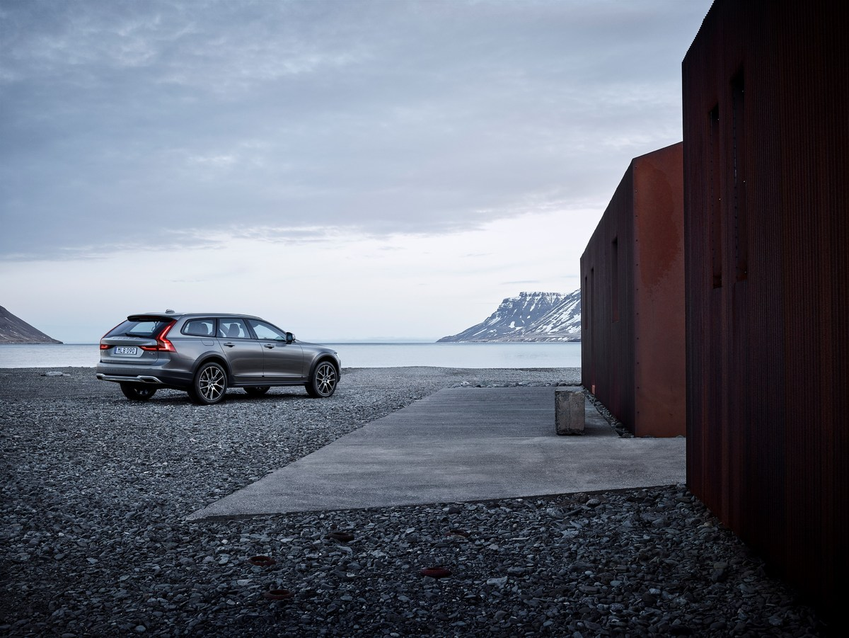 198325_New_Volvo_V90_Cross_Country_location.jpg