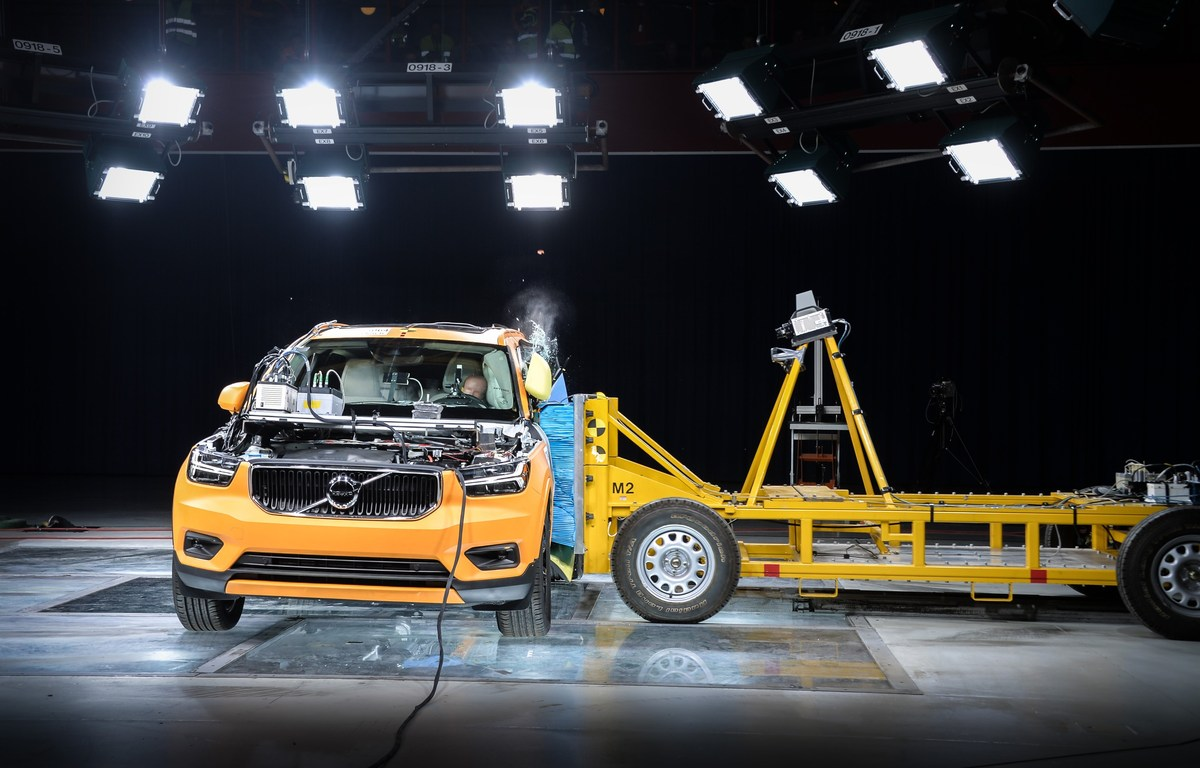 213029_New_Volvo_XC40_Crash_Test_side_impact_from_front.jpg