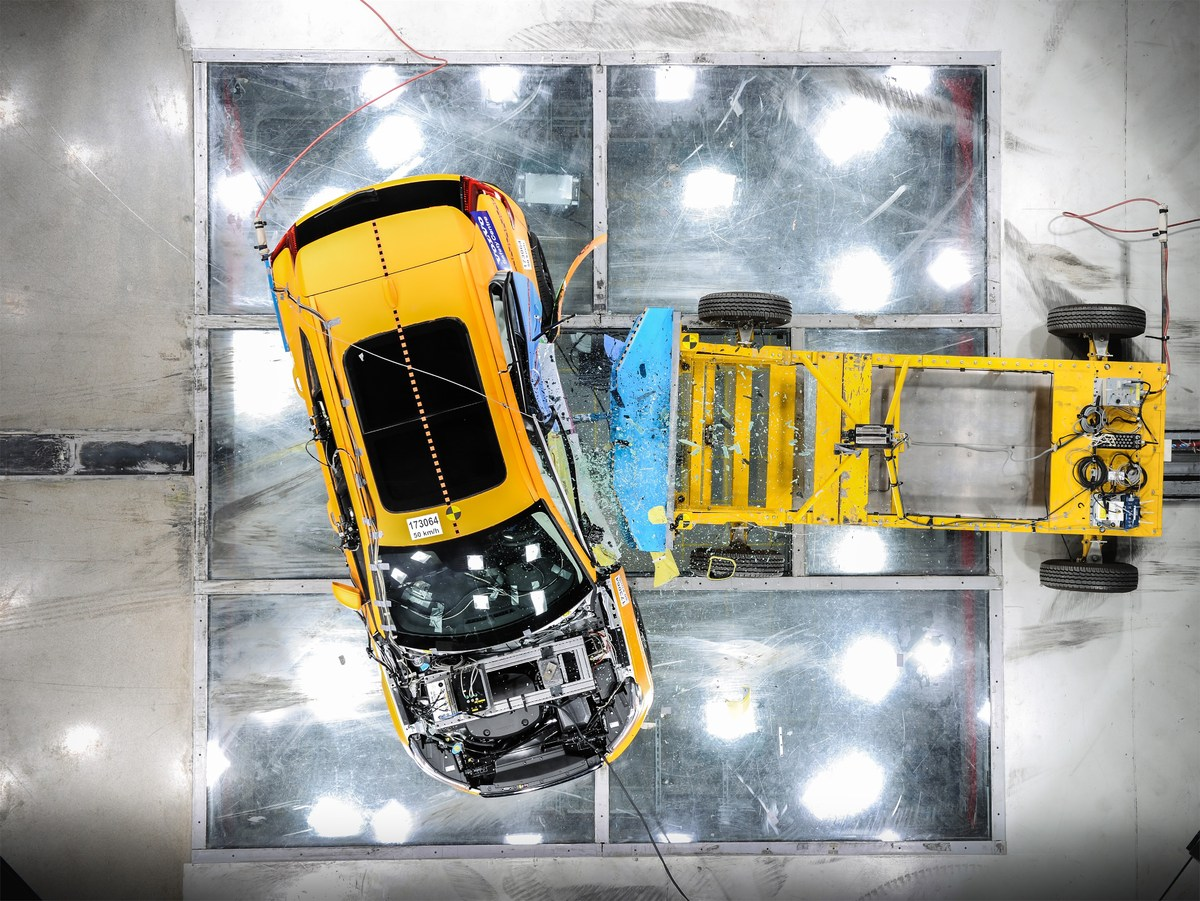 213031_New_Volvo_XC40_Crash_Test_side_impact_from_above.jpg