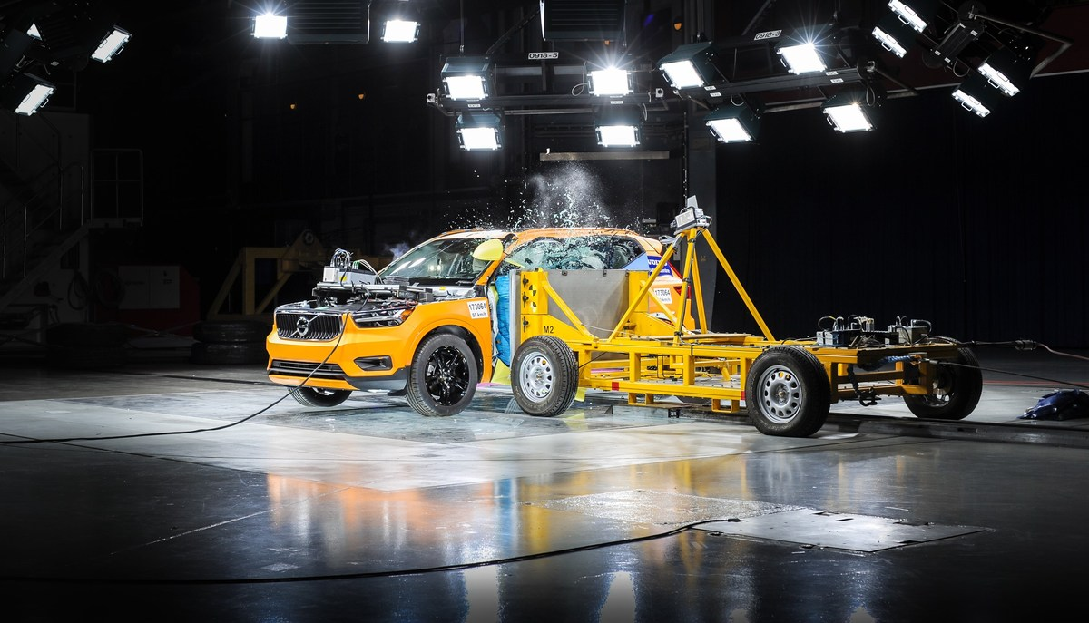 213099_New_Volvo_XC40_Crash_Test_side_impact_from_3_4_angle.jpg