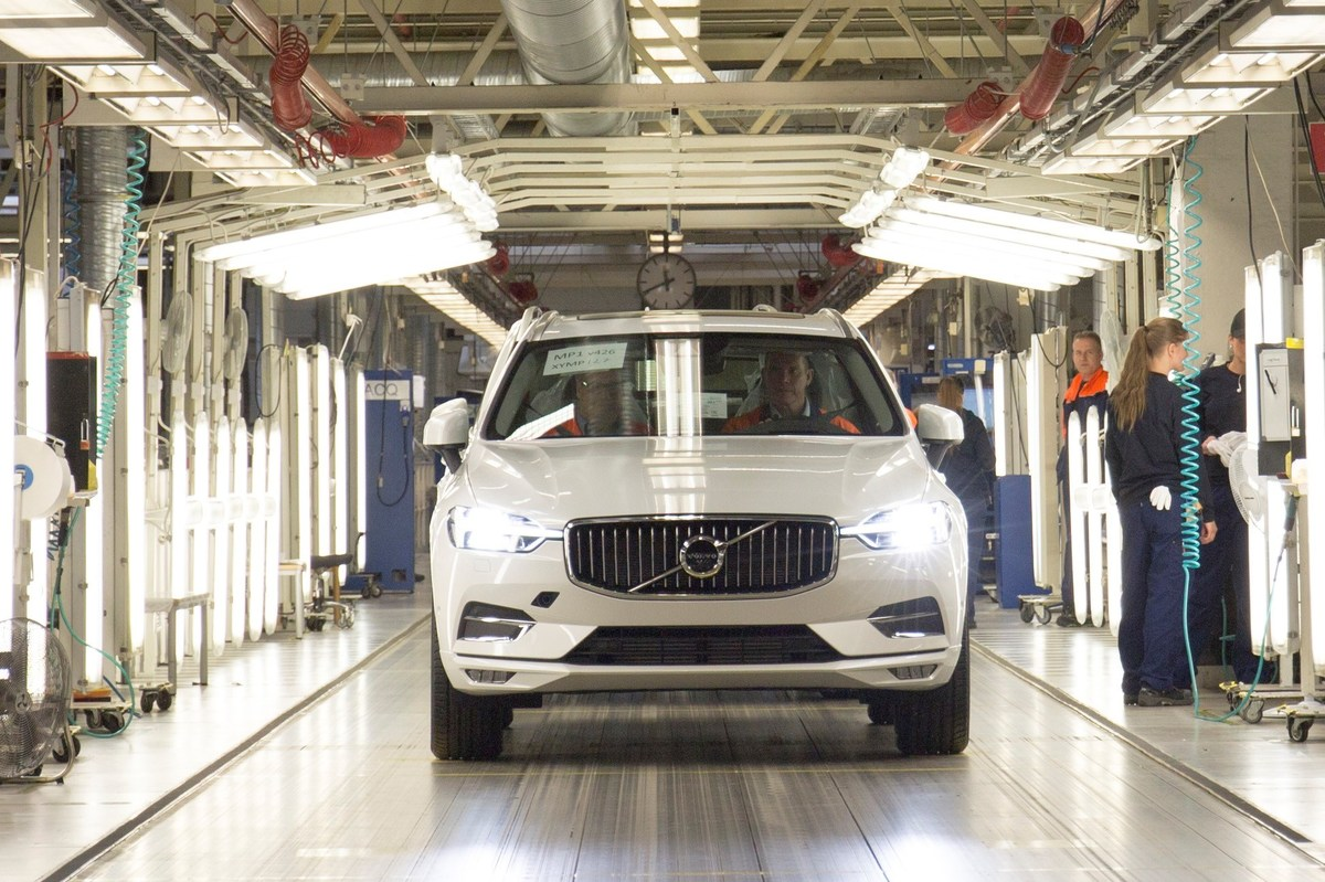 207631_The_first_new_XC60_rolls_off_the_production_line_in_Torslanda_Sweden.jpg